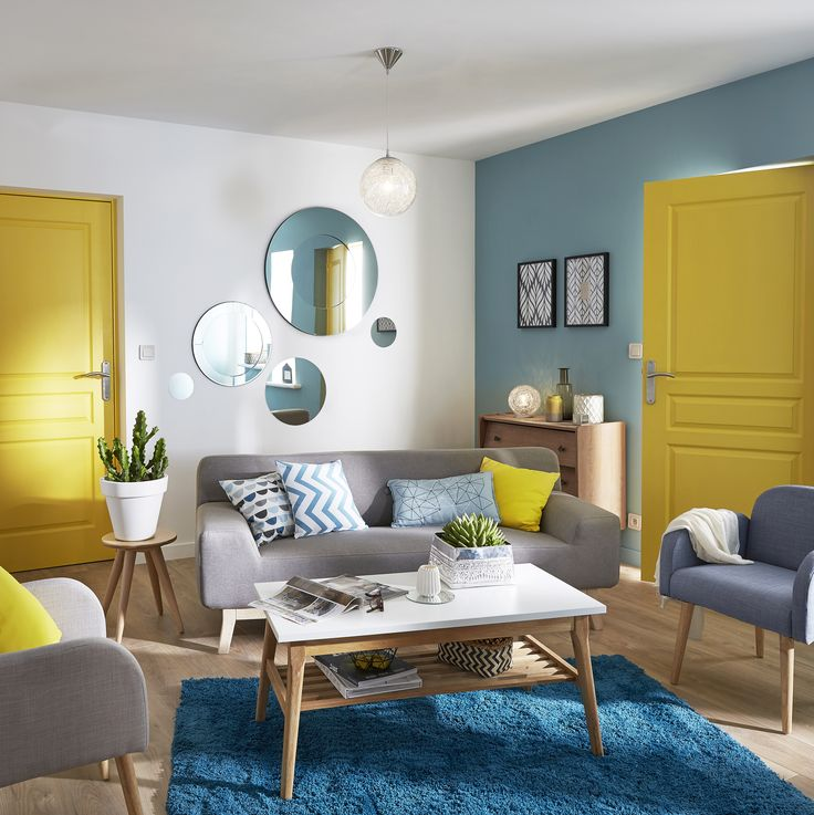 modèle déco salon bleu et jaune