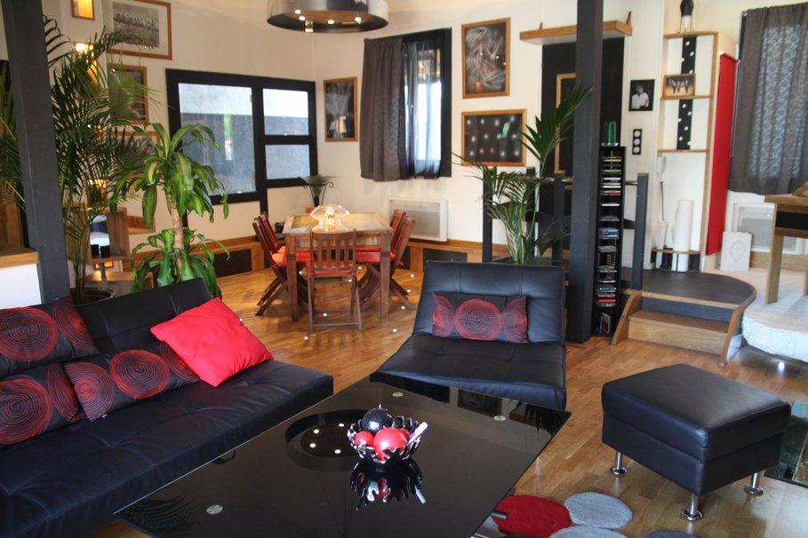 Décoration salon noir et rose