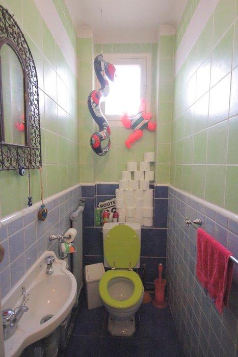 photo décoration toilettes rouge et gris